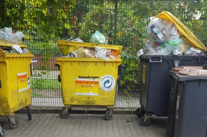 Überquellende Mülltonnen - Foto: S. Brüning